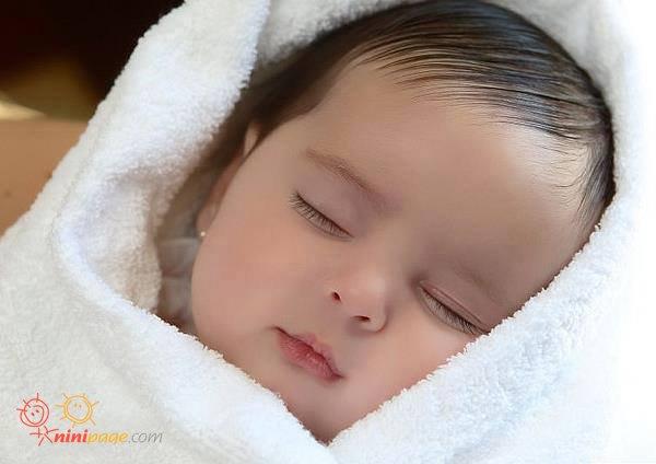 نی نی دخمل ناز خوابیده دختر بچه کوشکل و دوست داشتنی