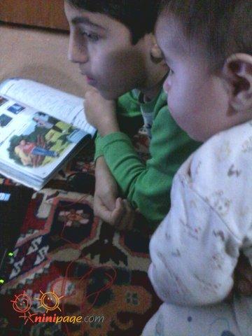 علی احسانه مامانی بزرگ شده داره با دایی مسعود کارتون میبینه