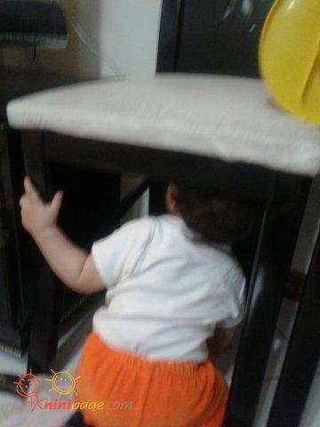 باران زیر صندلی در حال اکتشاف