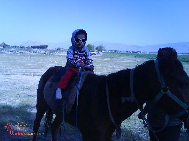 ارمان در حال اسب سواری
