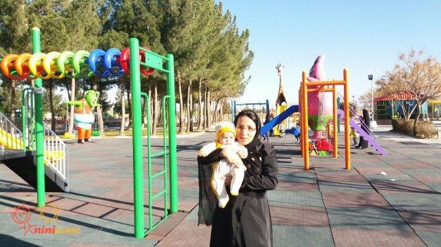 یسنا با مامانی در پارك