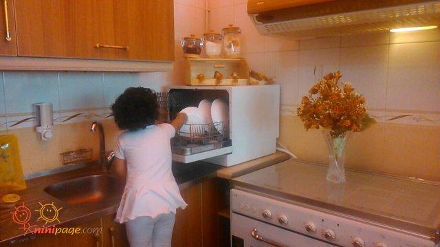 هانیه خانوم در حال ظرف شستن