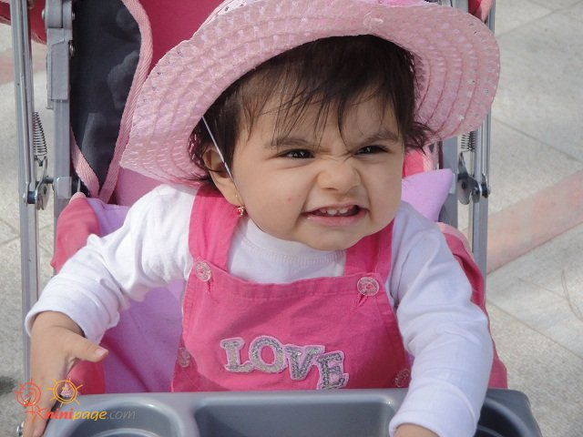 یسنا در حال چشمک